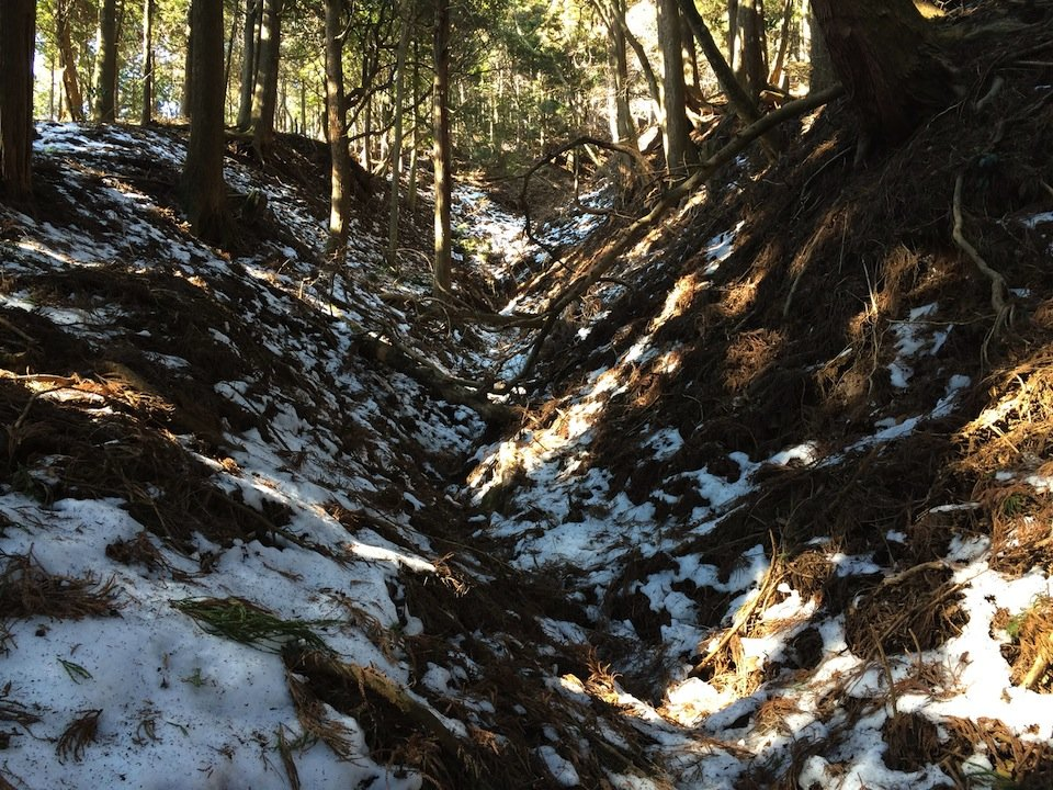 雪の残る山道