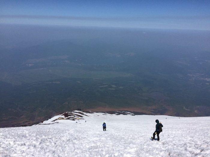 雪に埋もれた富士山の登山道
