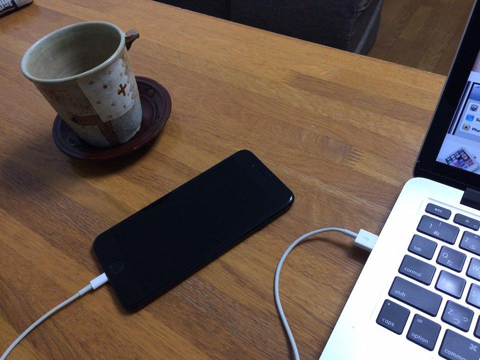 ジェットブラックのiphone7とmacbook