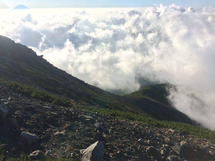 山頂から登山道を見下ろす