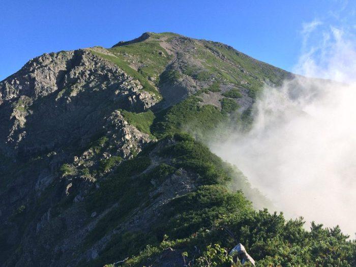 聖岳の山頂を望む