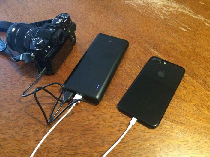 デジカメとスマホをモバイルバッテリーで同時に充電