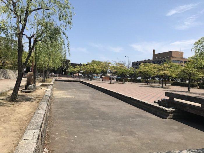 美術館の向かい側の公園