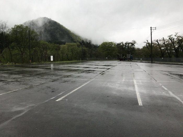 抱返神社の前の広大な駐車場