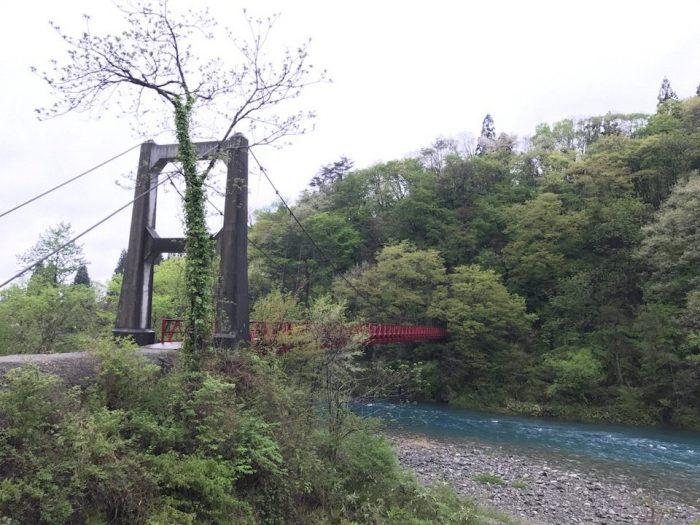 玉川にかかる赤い吊橋