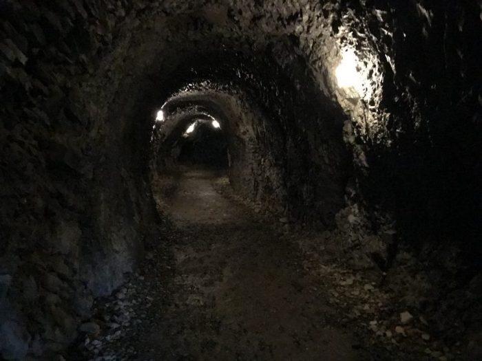 抱返渓谷の狭いトンネル