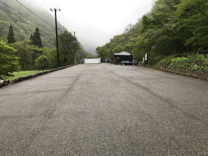 抱返渓谷入り口前の広い駐車場