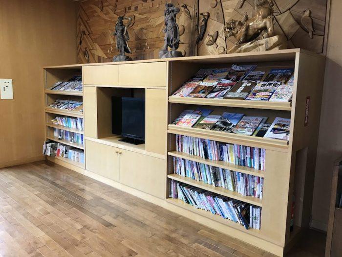 ラウンジに完備された雑誌とテレビ