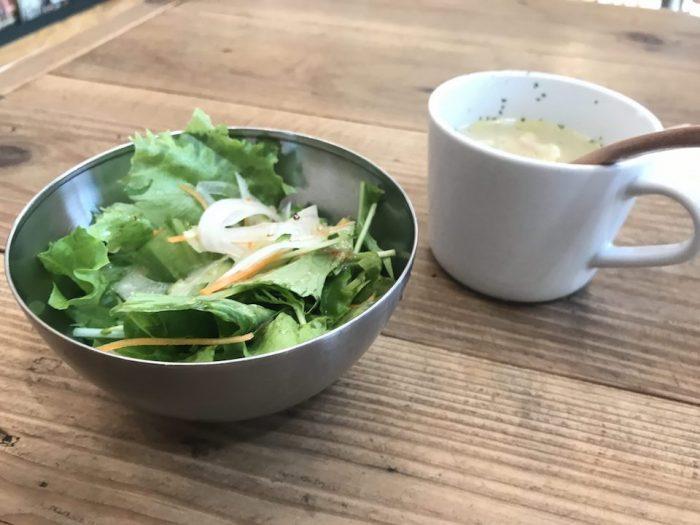 ランチタイムのサラダとスープ