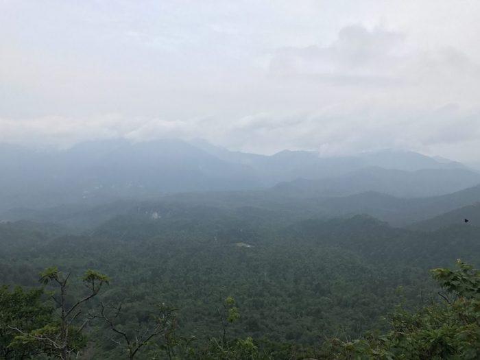 浅草岳から守門岳を望む