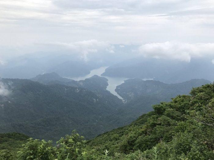 浅草岳の山頂から田子倉湖を望む