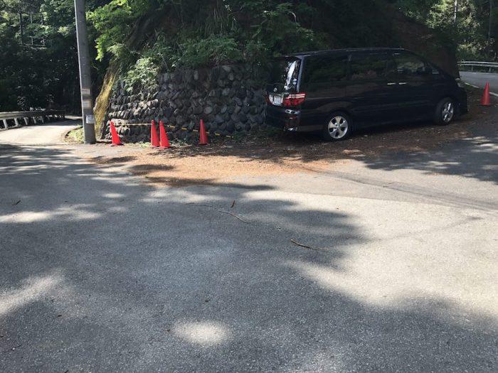 林道の路肩に駐車