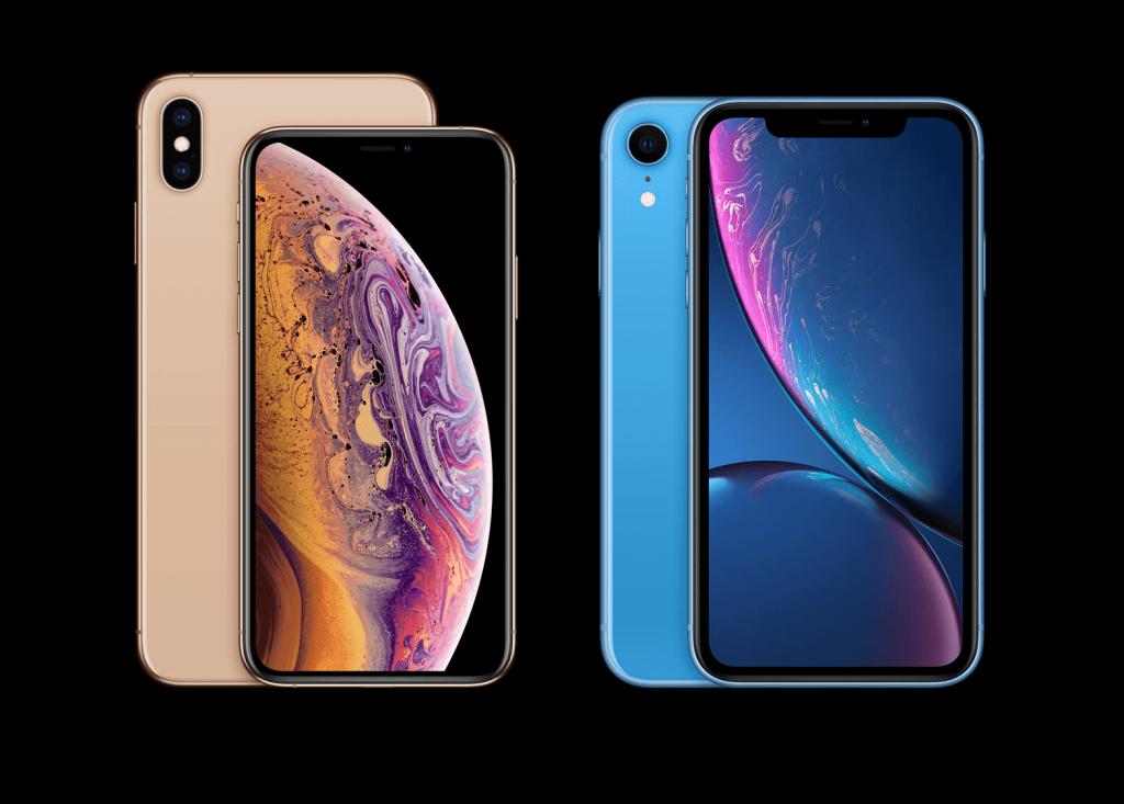 iPhone Xsのゴールドモデル、iPhone XRのブルーモデルが黒い背景の上に表示されています