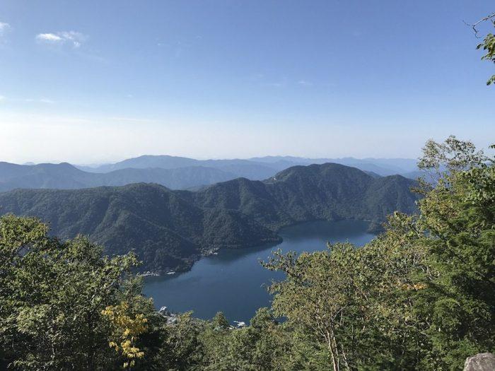 登山道から中禅寺湖を望む