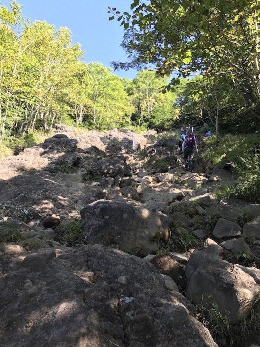 傾斜のある岩場