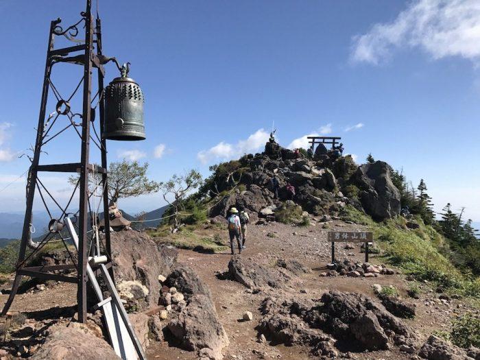 男体山の広い山頂