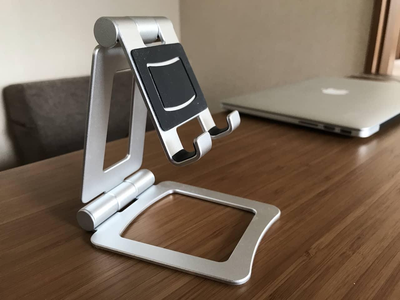 シルバーの金属製タブレットスタンドにゴムの滑り止めがついています。