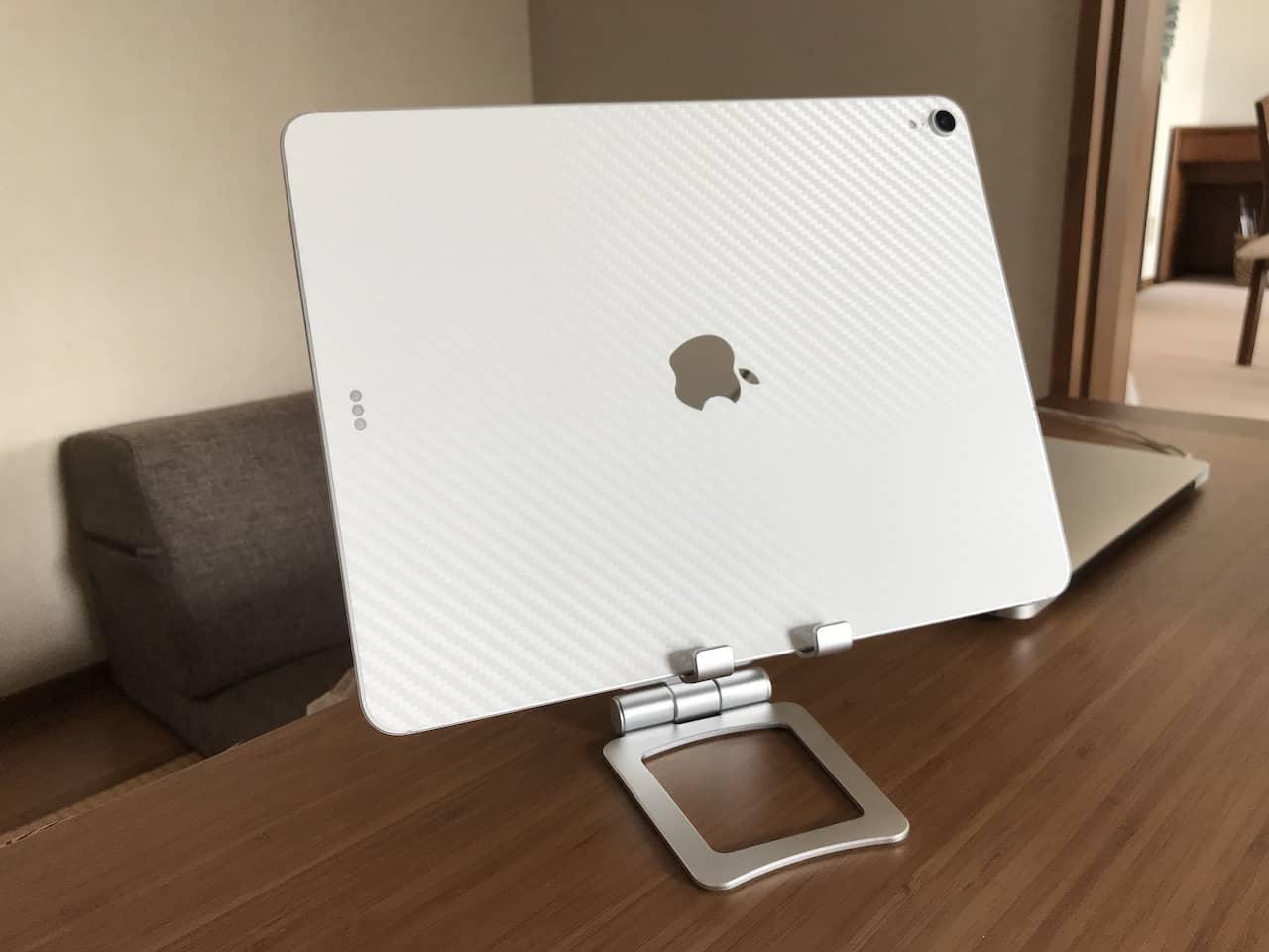 iPad Pro 12.9インチがシルバーのタブレットスタンドの上に横置きされています。