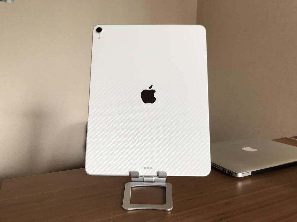 タブレットスタンドにiPad Pro 12.9インチを縦向きに置いています。