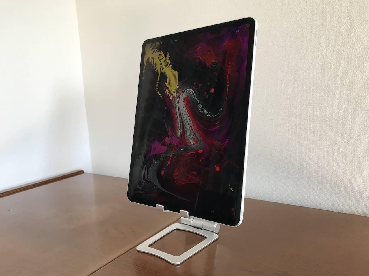 幾何学模様の画像を表示した縦置きのiPadをスタンドのうえにのせています。