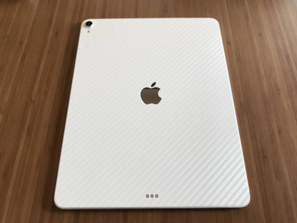 iPad pro 12.9インチの背面にホワイトのカーボン柄のスキンシールが貼ってあります