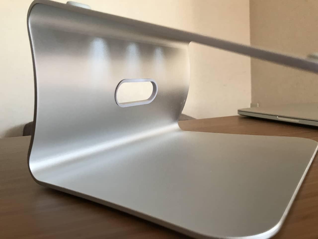 ノートPCスタンドの天板の下のスペースです。