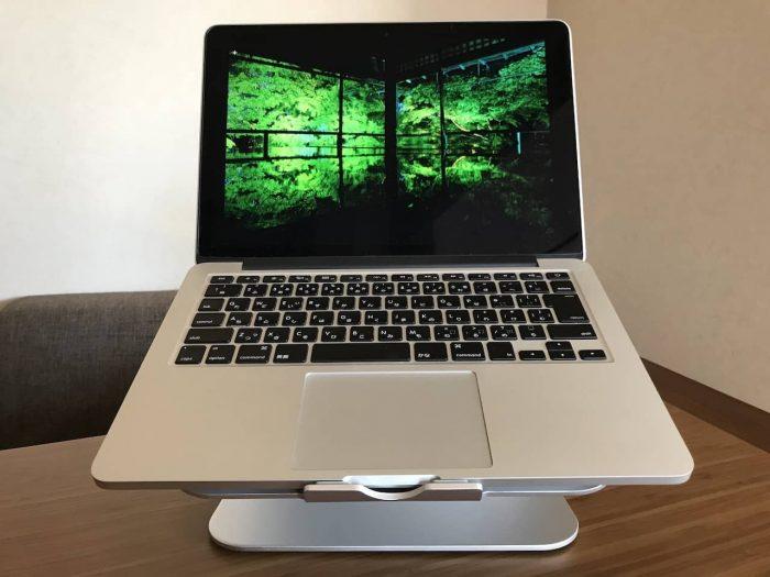 ノートPCスタンドにMacbook pro 13インチをのせて正面から見たところです。