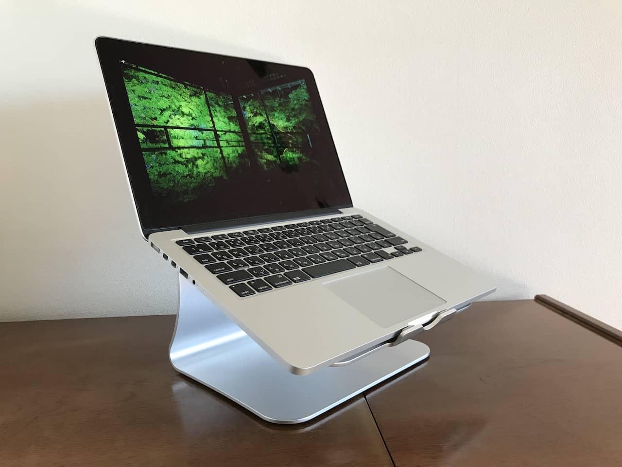 シルバーのノートPCスタンドに13インチのMacbook pro シルバーカラーが置かれています。