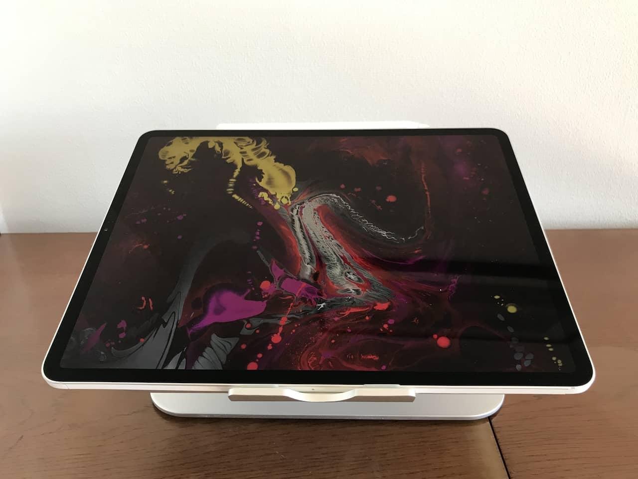 ノートPCスタンドにiPad pro 12.9インチを横向きで置いたところです。
