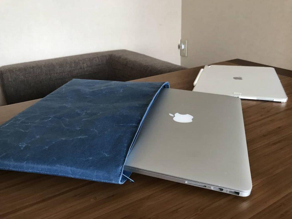 siwaの青いケースにMacbook pro 13インチが入っています