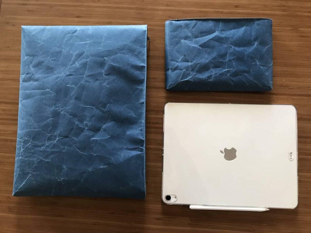 木製テーブルの上に白いipad proと青いsiwaのケースが2つ置かれています