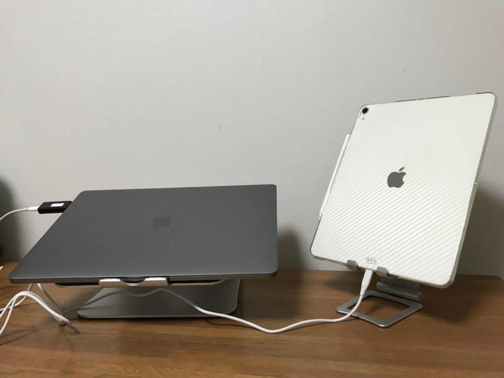 Ipad Proとmacbook pro 16インチが木製デスクの上に置かれています