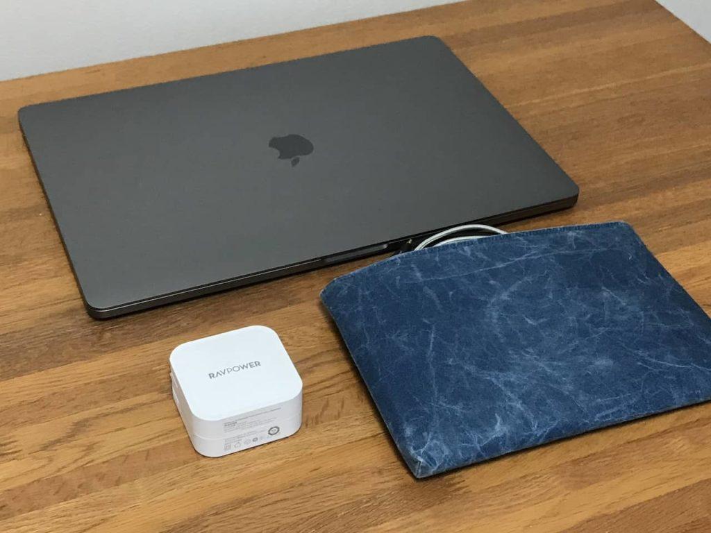 RP-PC128とMacbook Pro 16インチとガジェットポーチが木製デスクの上に置かれています