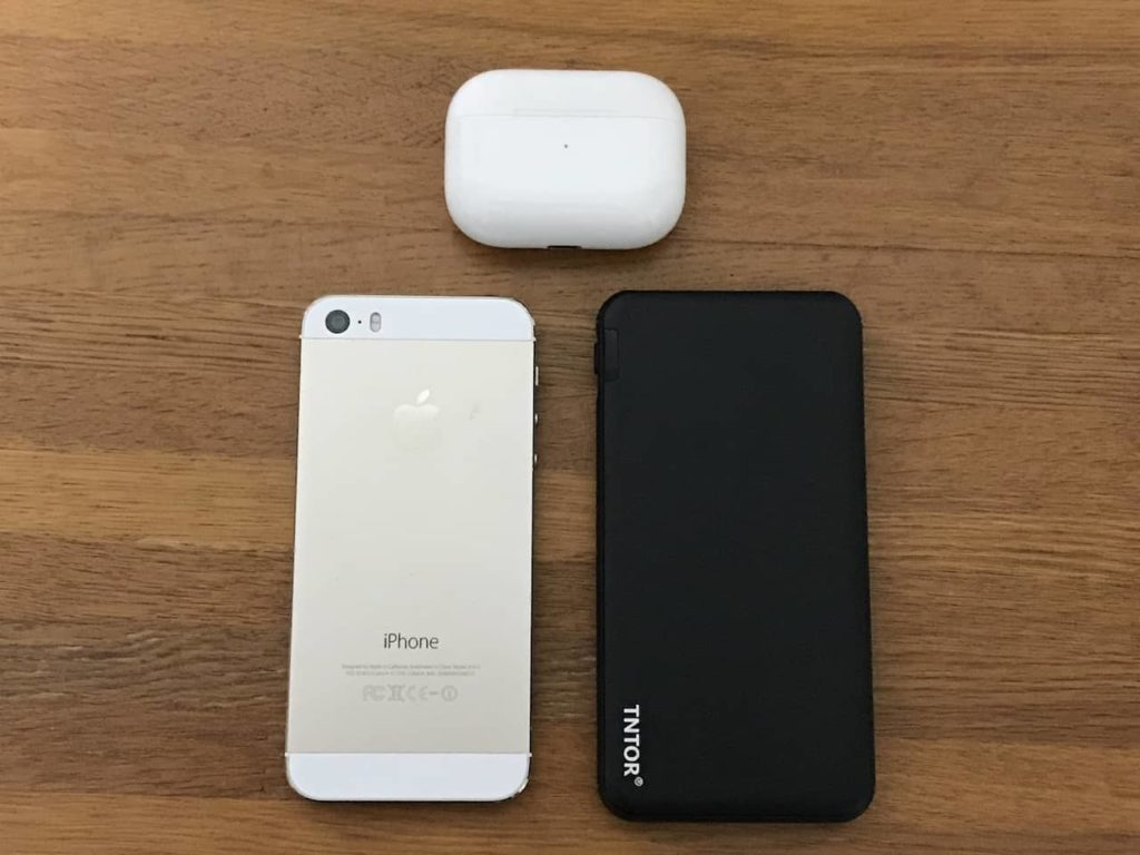 TNTOR モバイルバッテリーとiPhone 5SとAirpods Pro