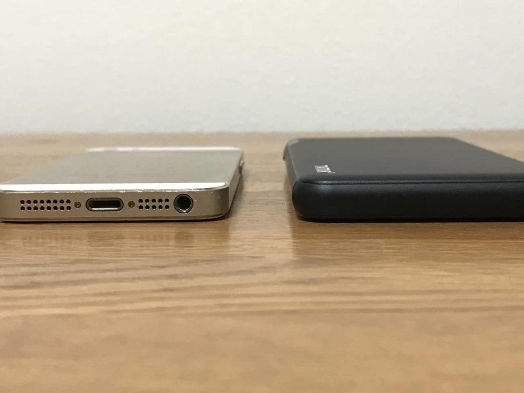 iPhone 5sとTNTOR モバイルバッテリーの厚みを比較