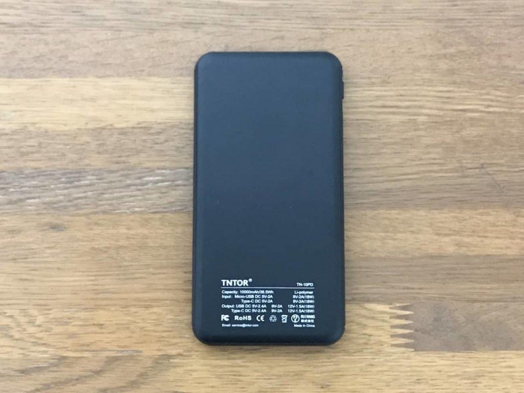 TNTOR モバイルバッテリーの裏面に仕様がプリントされています