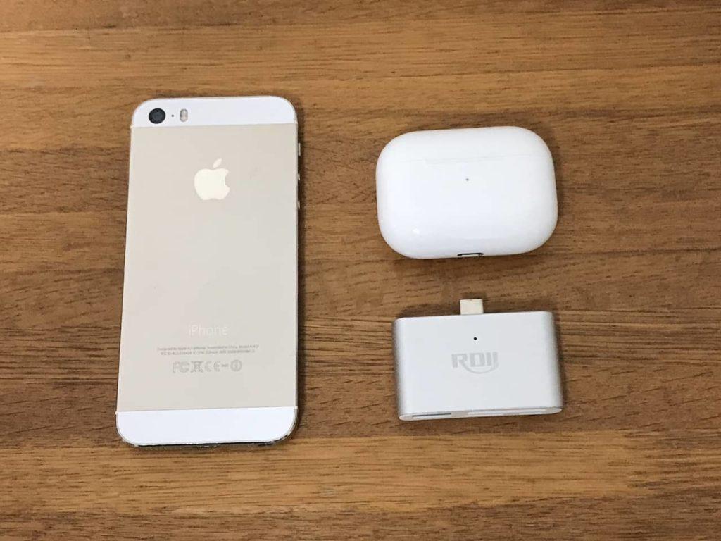 RDII USB-CハブとiPhone 5s、Airpods PROが木製デスクの上に置かれています