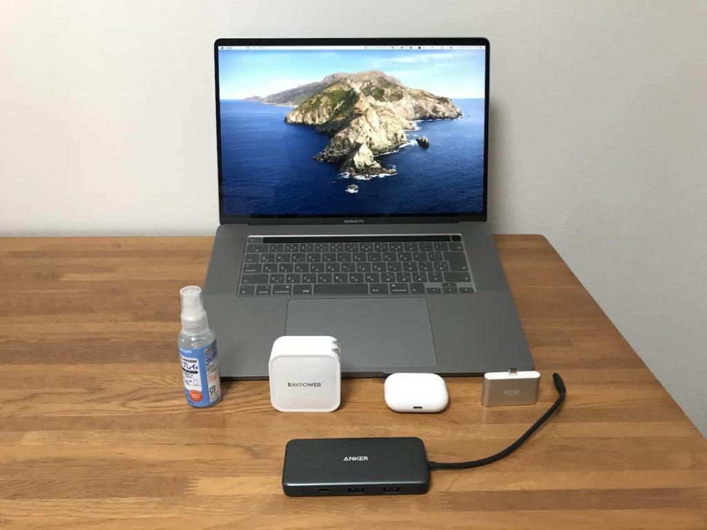 Macbook 16インチとアクセサリが木製デスクの上においてあります